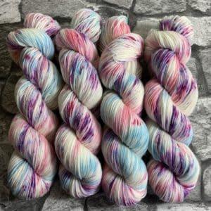 Ein Strang handgefärbte Wolle mit dem Namen Zuckerpuppe –  Classic von Wolldackel