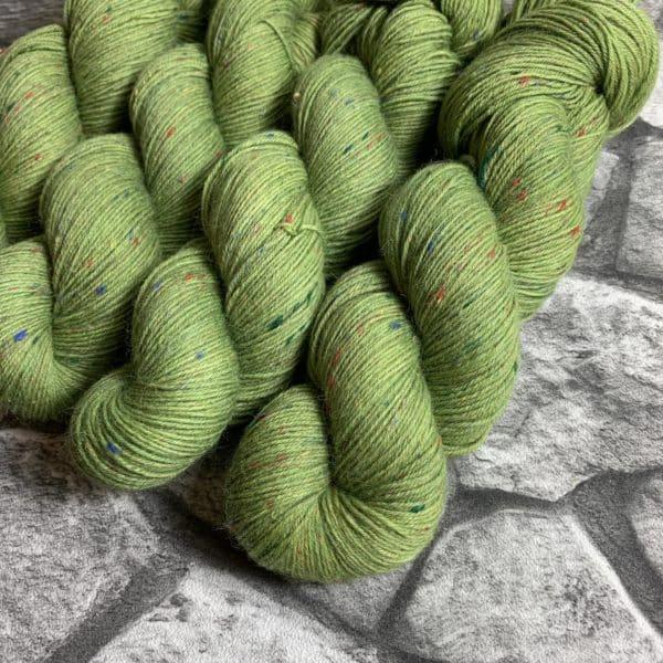 Ein Strang handgefärbte Wolle mit dem Namen Achillis – Helix von Wolldackel