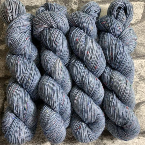 Ein Strang handgefärbte Wolle mit dem Namen Barnim – Helix von Wolldackel