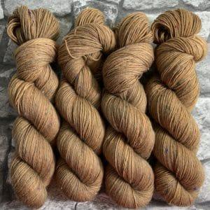 Ein Strang handgefärbte Wolle mit dem Namen Benz – Helix von Wolldackel