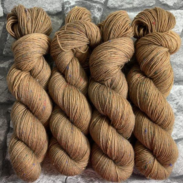 Ein Strang handgefärbte Wolle mit dem Namen Benz von Wolldackel