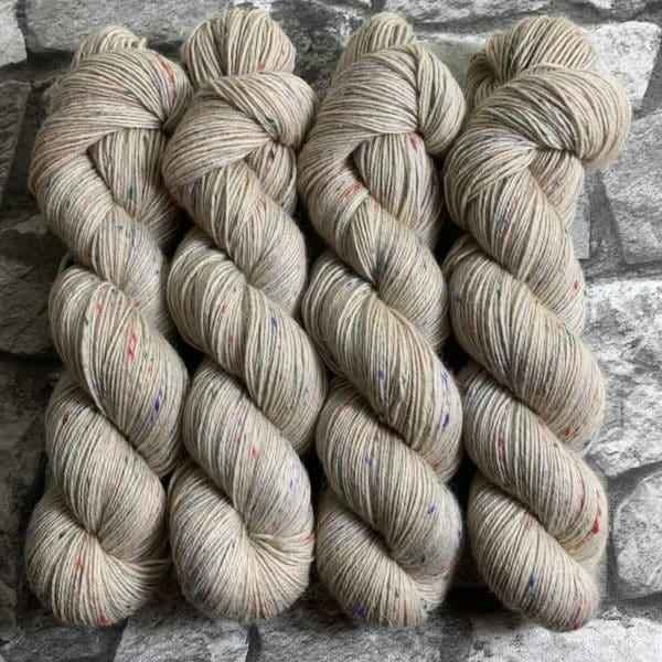 Ein Strang handgefärbte Wolle mit dem Namen Egge – Helix von Wolldackel
