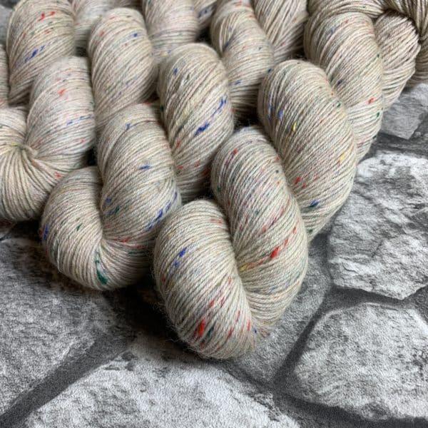 Ein Strang handgefärbte Wolle mit dem Namen Egge von Wolldackel