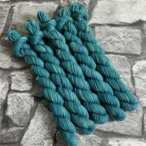 Ein Strang handgefärbte Wolle mit dem Namen Samuel  –  Classic  –  Mini von Wolldackel