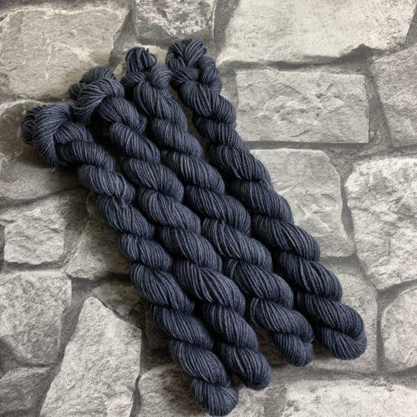 Ein Strang handgefärbte Wolle mit dem Namen Ted –  Classic  –  Mini von Wolldackel