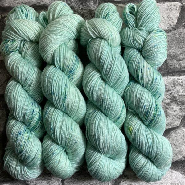 Ein Strang handgefärbte Wolle mit dem Namen Frozen  –  Pure von Wolldackel