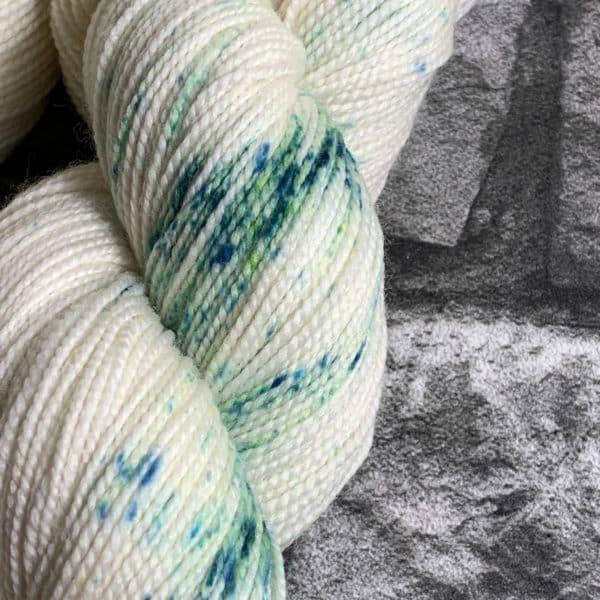 Ein Strang handgefärbte Wolle mit dem Namen Iceflower  –  Pure von Wolldackel