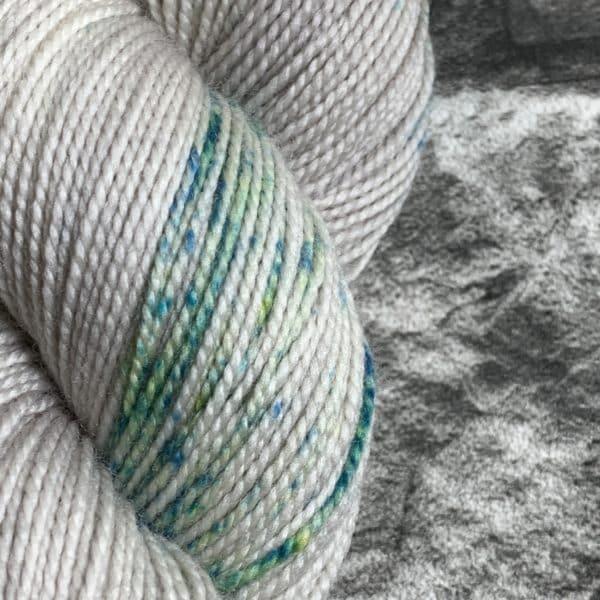 Ein Strang handgefärbte Wolle mit dem Namen Iceberg  –  Pure von Wolldackel