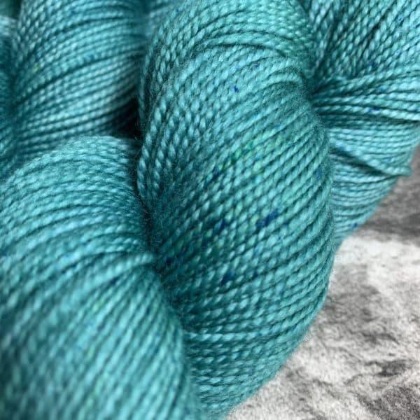 Ein Strang handgefärbte Wolle mit dem Namen Icy  –  Pure von Wolldackel