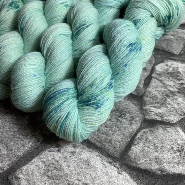 Ein Strang handgefärbte Wolle mit dem Namen Frozen –  Classic von Wolldackel