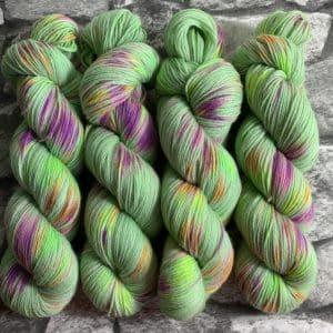 Ein Strang handgefärbte Wolle mit dem Namen Riandoli –  Classic von Wolldackel