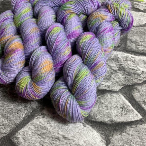 Ein Strang handgefärbte Wolle mit dem Namen Flik Flak –  Classic von Wolldackel
