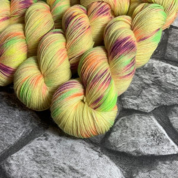 Ein Strang handgefärbte Wolle mit dem Namen Confetti –  Classic von Wolldackel