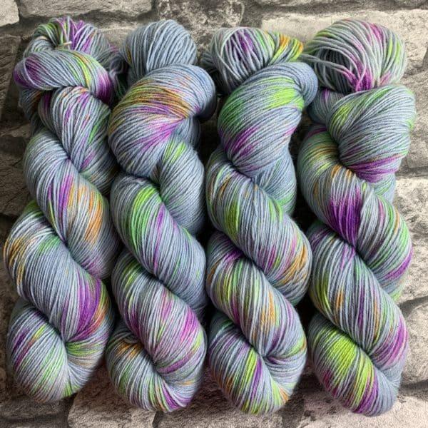 Ein Strang handgefärbte Wolle mit dem Namen Diabolo –  Classic von Wolldackel