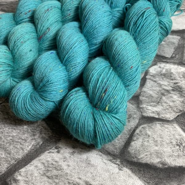 Ein Strang handgefärbte Wolle mit dem Namen Jeppe – Helix von Wolldackel