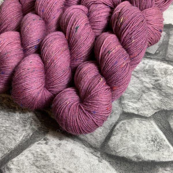 Ein Strang handgefärbte Wolle mit dem Namen Malou von Wolldackel