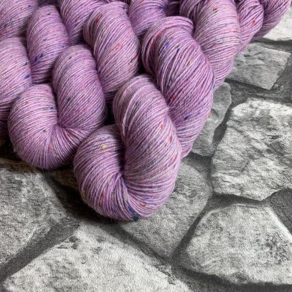 Ein Strang handgefärbte Wolle mit dem Namen Pauletta von Wolldackel