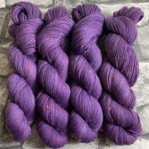 Ein Strang handgefärbte Wolle mit dem Namen Prima – Helix von Wolldackel