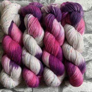 Ein Strang handgefärbte Wolle mit dem Namen Roses – Helix von Wolldackel