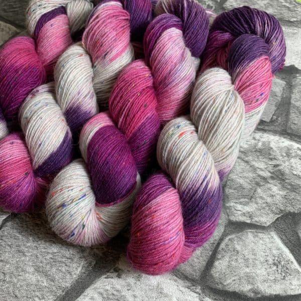 Ein Strang handgefärbte Wolle mit dem Namen Roses von Wolldackel