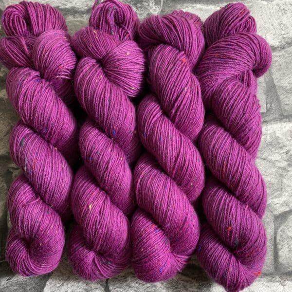 Ein Strang handgefärbte Wolle mit dem Namen Ruby – Helix von Wolldackel