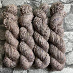 Ein Strang handgefärbte Wolle mit dem Namen Stig – Helix von Wolldackel