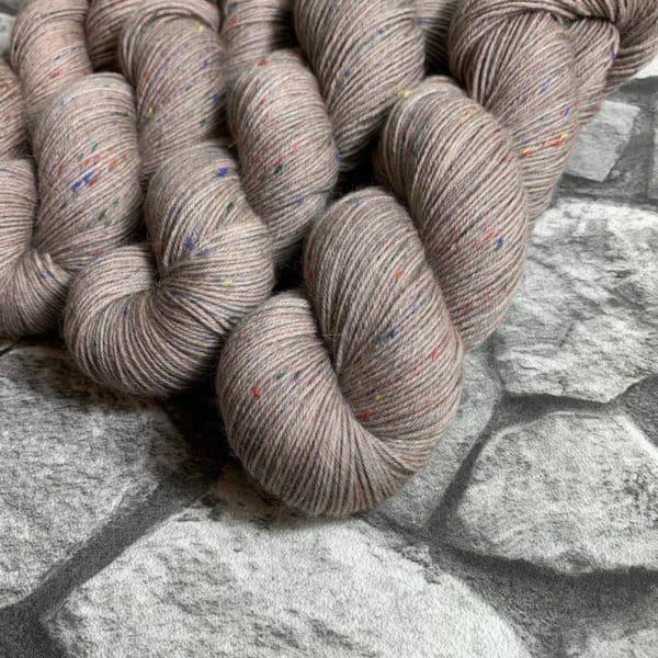 Ein Strang handgefärbte Wolle mit dem Namen Stig von Wolldackel