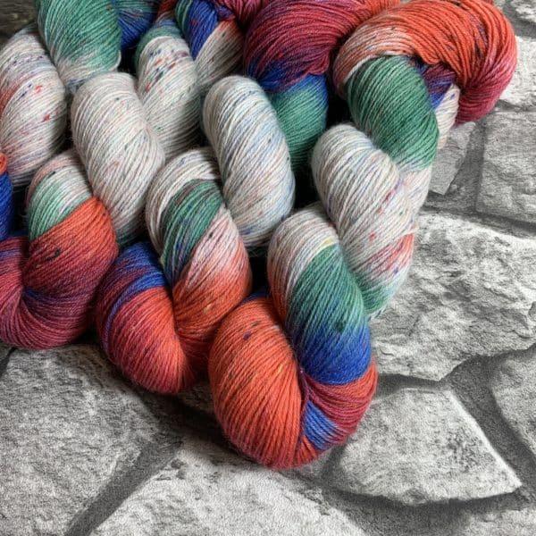 Ein Strang handgefärbte Wolle mit dem Namen Storm – Helix von Wolldackel