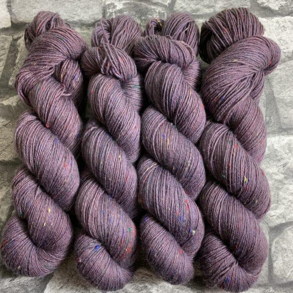 Ein Strang handgefärbte Wolle mit dem Namen Täve – Helix von Wolldackel