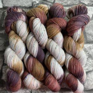 Ein Strang handgefärbte Wolle mit dem Namen Wood – Helix von Wolldackel