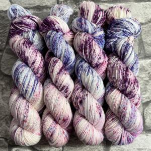 Ein Strang handgefärbte Wolle mit dem Namen Berries  –  Pure von Wolldackel