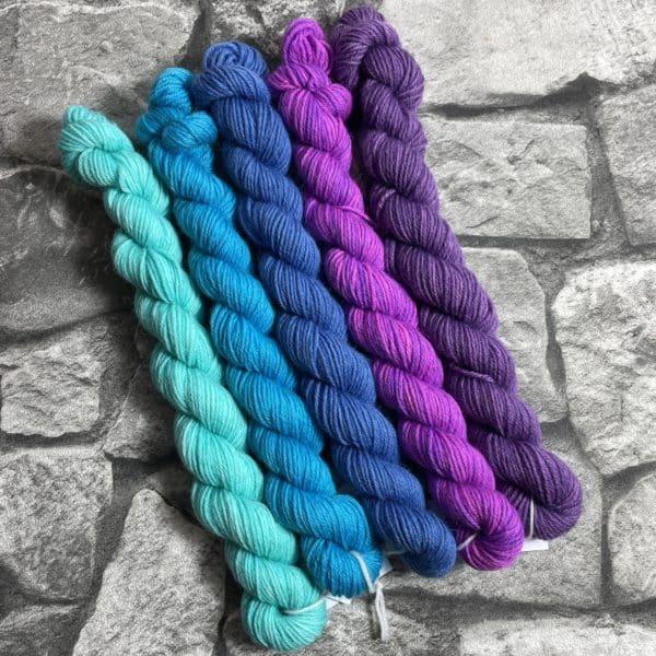 Ein Strang handgefärbte Wolle mit dem Namen Minipack – Classic 501 von Wolldackel