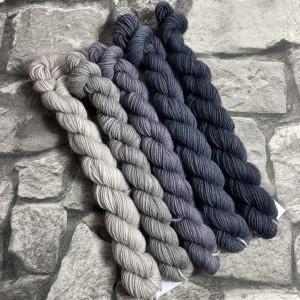 Ein Strang handgefärbte Wolle mit dem Namen Minipack – Classic 502 von Wolldackel