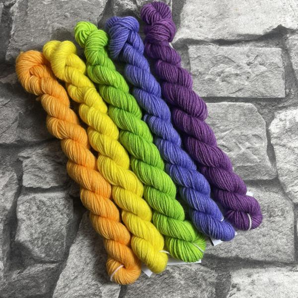Ein Strang handgefärbte Wolle mit dem Namen Minipack – 504 von Wolldackel
