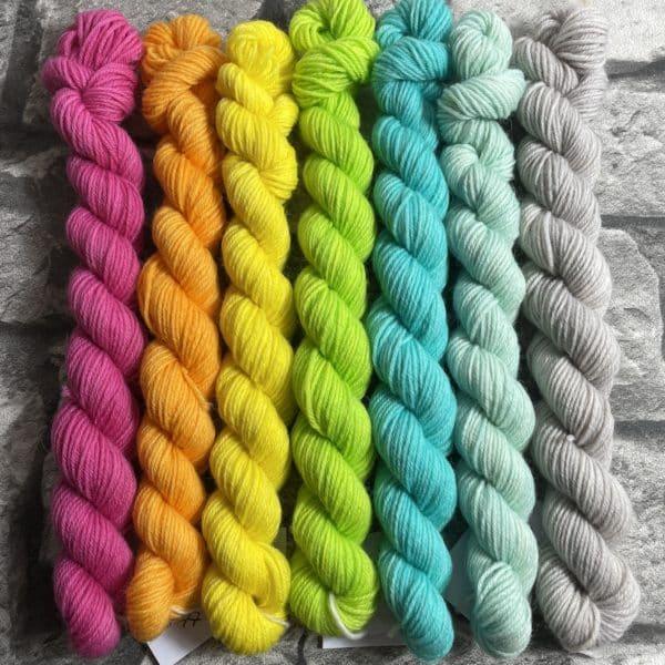 Ein Strang handgefärbte Wolle mit dem Namen Minipack – 704 von Wolldackel
