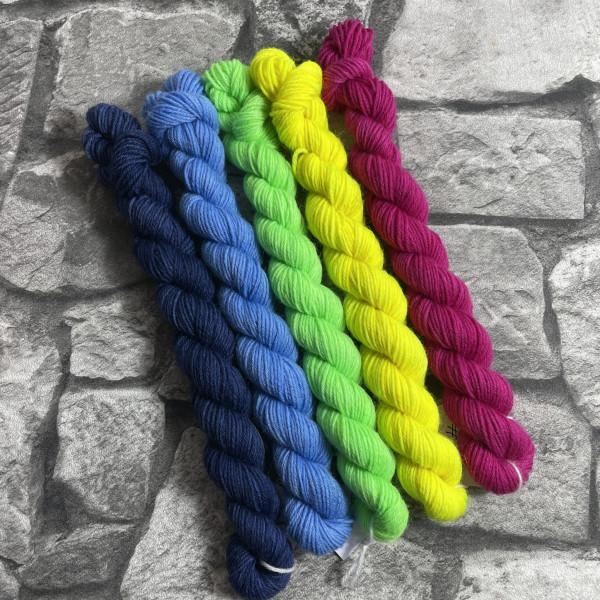 Ein Strang handgefärbte Wolle mit dem Namen Minipack – 506 von Wolldackel