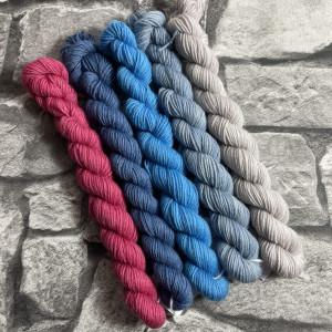 Ein Strang handgefärbte Wolle mit dem Namen Minipack – Classic 507 von Wolldackel