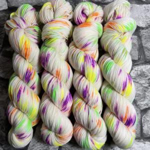 Ein Strang handgefärbte Wolle mit dem Namen Halli Galli  –  Pure von Wolldackel