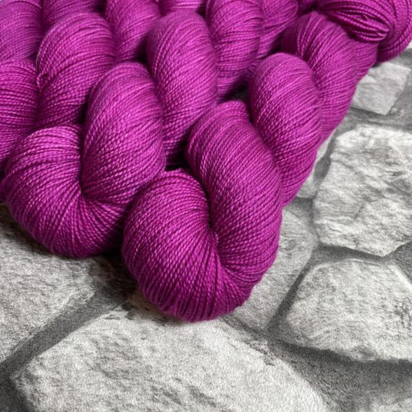 Ein Strang handgefärbte Wolle mit dem Namen Ruby  –  Pure von Wolldackel