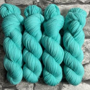 Ein Strang handgefärbte Wolle mit dem Namen Beat  –  Xtrafine von Wolldackel