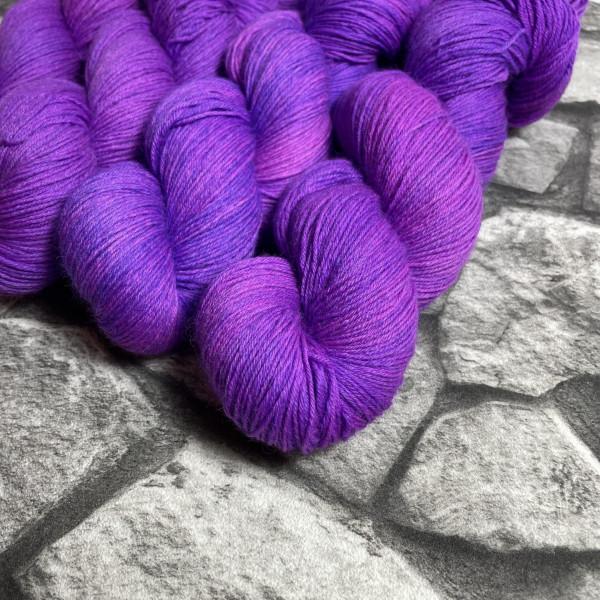 Ein Strang handgefärbte Wolle mit dem Namen Pandora –  Classic von Wolldackel