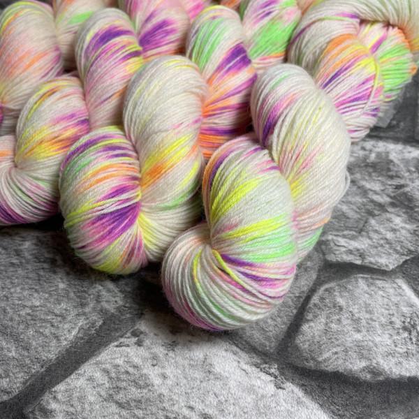 Ein Strang handgefärbte Wolle mit dem Namen Halli Galli –  Classic von Wolldackel