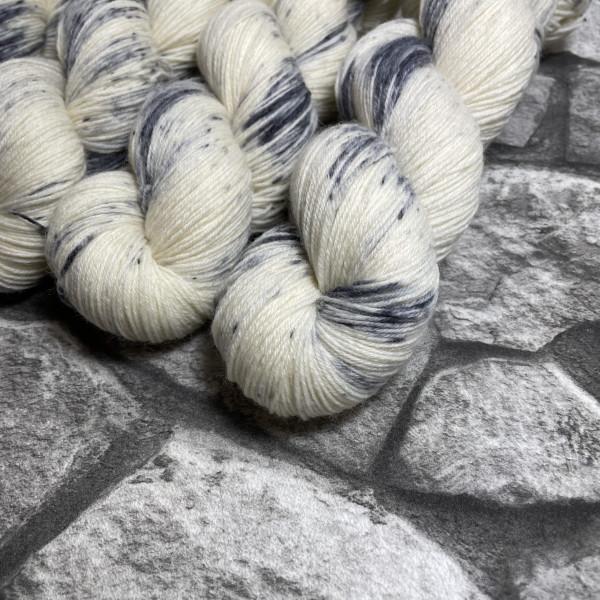 Ein Strang handgefärbte Wolle mit dem Namen Snow Owl –  Classic von Wolldackel