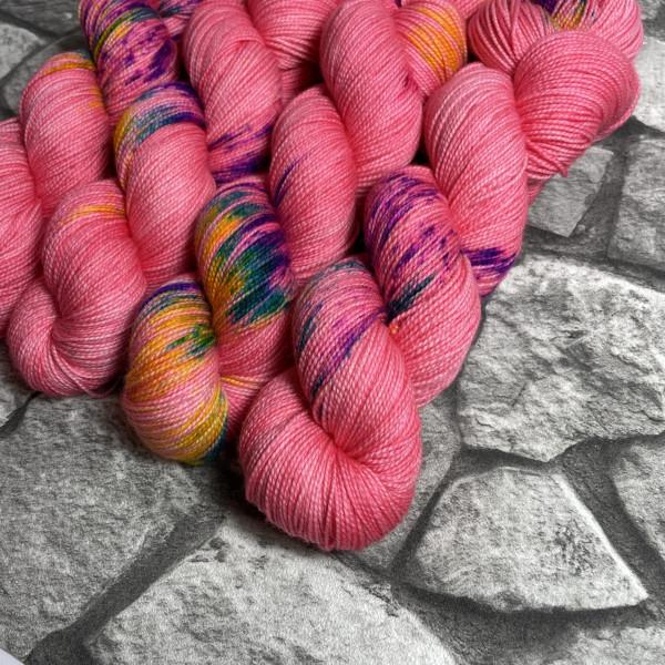 Ein Strang handgefärbte Wolle mit dem Namen Flamingo Paradise  –  Pure von Wolldackel