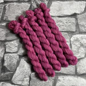 Ein Strang handgefärbte Wolle mit dem Namen Babs-  Classic  –  Mini von Wolldackel
