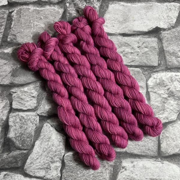 Ein Strang handgefärbte Wolle mit dem Namen Babs-  Classic von Wolldackel