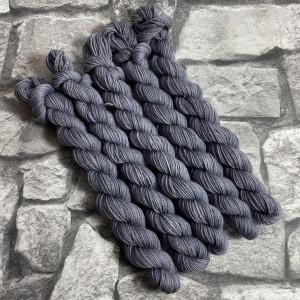 Ein Strang handgefärbte Wolle mit dem Namen Bob-  Classic  –  Mini von Wolldackel