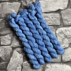 Ein Strang handgefärbte Wolle mit dem Namen Brent –  Classic  –  Mini von Wolldackel