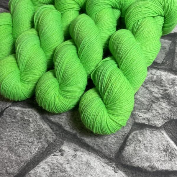 Ein Strang handgefärbte Wolle mit dem Namen Karlsson-  Classic von Wolldackel