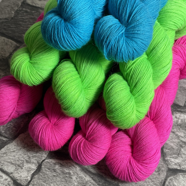 Ein Strang handgefärbte Wolle mit dem Namen Höpke –  Classic von Wolldackel